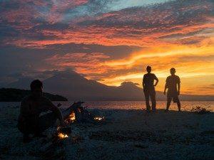 Slapen op een onbewoond eiland Thailand - kampvuur
