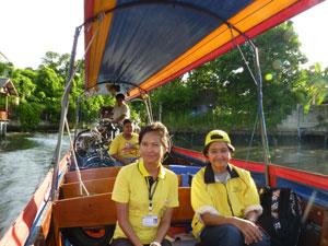met fiets op longtailboot Thailand
