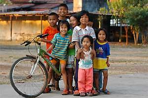 Kindjes met fiets in Thailand
