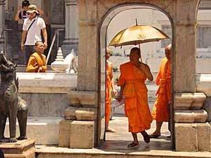 Reisinformatie Thailand monnik met paraplu