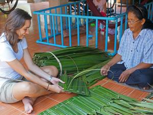 Palmbladeren vrouwen - Gastgezin Thailand verblijf