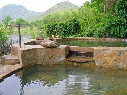 Zwembad tussen heuvels Thailand