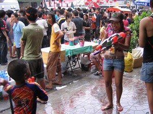 songkran waterpistool thailand