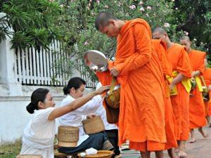 Monnikenprocessie Luang Prabang