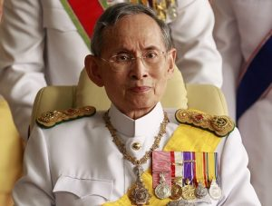 Thailand's King Bhumibol Adulyadej leaves the Siriraj Hospital for a ceremony at the Grand Palace in Bangkok December 5, 2010. King Bhumibol celebrates his 83rd birthday on Sunday. REUTERS/Sukree Sukplang (THAILAND - Tags: ANNIVERSARY HEALTH ROYALS)