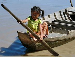 meisje op roeiboot laos