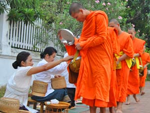 Monniken offer - Laos reizen