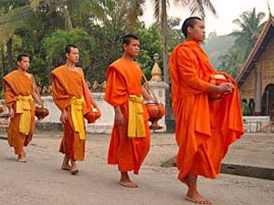 monniken processie luang prabang laos
