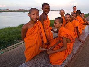 monniken aan de waterkant cambodja