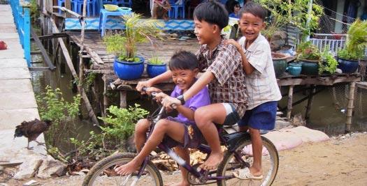 Reizen Cambodja - fietsende kids