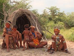 bushmen voor grashut namibie