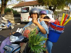 familie op de brommer indonesie