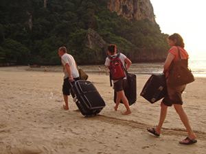met koffer op strand indonesie