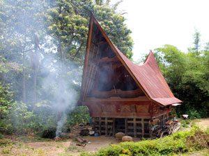 sumatra-reis-samosir-batakhuis