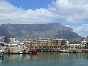 Von der Waterfront aus können Sie den Tafelberg sehen