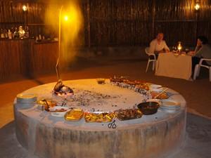 Südafrika-Hoedspruit-Typisches-Abendessen-im-privaten-Reservat-Rundreise-3-Wochen