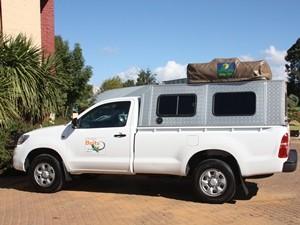 Südafrika-und-Botswana-Rundreise:-Geländewagen-mit-eingeklapptem-Dachzelt
