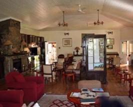 Sitzecke in einer kolonialen Lodge