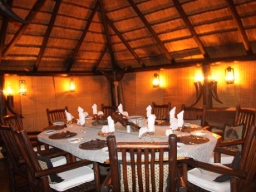 Gemütliches Abendessen im Buschcamp