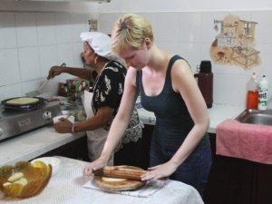 Mauritius - Reisende bei einem Kochkurs, Herstellung der Dholl Puri - Südafrika und Mauritius