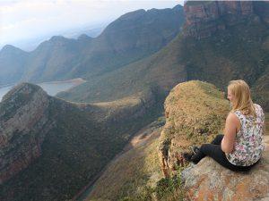 Südafrika - Blyde River Canyon - Reisende blickt in die Weite am Blyde River Canyon - Südafrika Gruppenreise