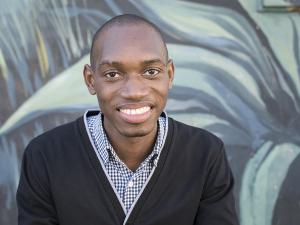 Mann vor Graffiti in Südafrika