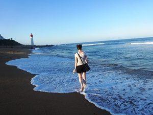 Entspannter Strandspaziergang