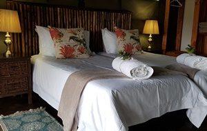Doppelbett im Zelt-Chalet Kosi Bay