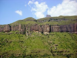 Grüne Bergkette vor blauem Himmel