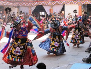Tänzer auf einem religösen Tshechu Fest in Bhutan