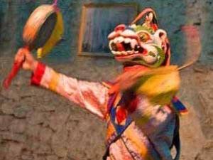 Tänzer mit Drachenmaske