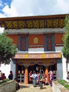 Gläubige am Kloster von Bumthang
