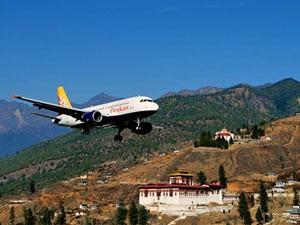 Ankunft per Flugzeug in Paro in Bhutan