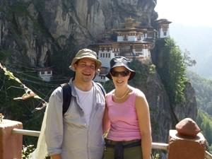 Touristen vor dem Tigernest Kloster bei Paro