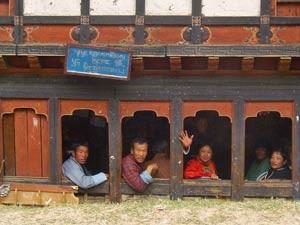 Bhutanesen schauen aus dem Fenster eines Restaurants