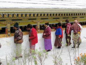 Bhutanesen drehen Gebetsmühlen