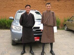 Bhutan Reisen mit Guide und Privatfahrer im komfortablen Auto
