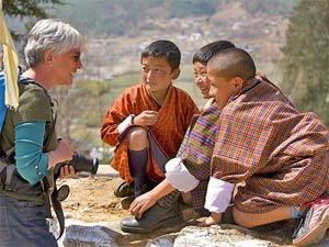 Touristin im Gespräch mit jungen Bhutanern