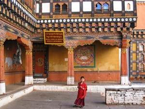 Junger Mönch im Innenhof des Paro Dzong in Bhutan
