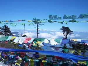Gebetsflaggen im Wind auf dem Pass vor Mongar