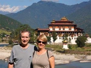 Reisende vor der Punakha Klosterfestung in Bhutan