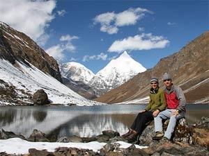 Zwei Wanderer vor Bergsee