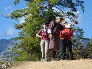 Touristen und ihr Guide unterwegs in Bhutan