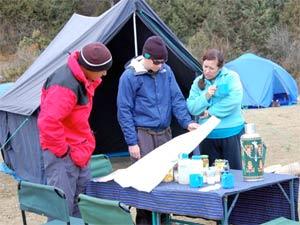 Touristen besprechen die Tagesroute des Bhutan Trekkings