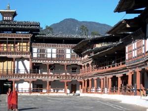 Innenhof und Mönche im Wangdue Dzong