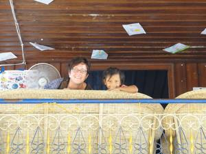 Frau und Kind lachen vom Balkon des Kinderheimes