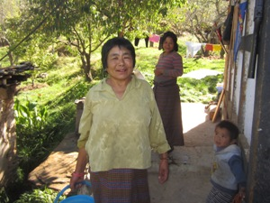 Frau trägt Eimer im Hausgarten