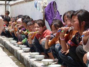 Kinder putzen gemeinsam Zähne