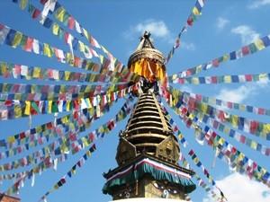 Flatternde Gebetsfahnen an Stupa in Kathmandu bei Bhutan Nepal Reise