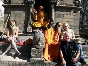 Saduhs und Touristen vor Tempel in Kathmandu